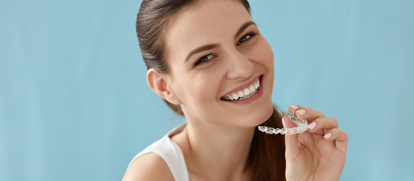 Frau mit unsichtbarer Zahnspange